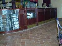 Сладкарска витрина вградена в бар